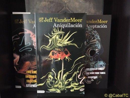 Portada de Aniquilacion de Jeff VanderMeer junto con el resto de la saga de Southern Reach